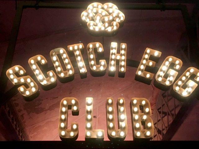 Una noche en el Scotch Egg Club de Dewar's